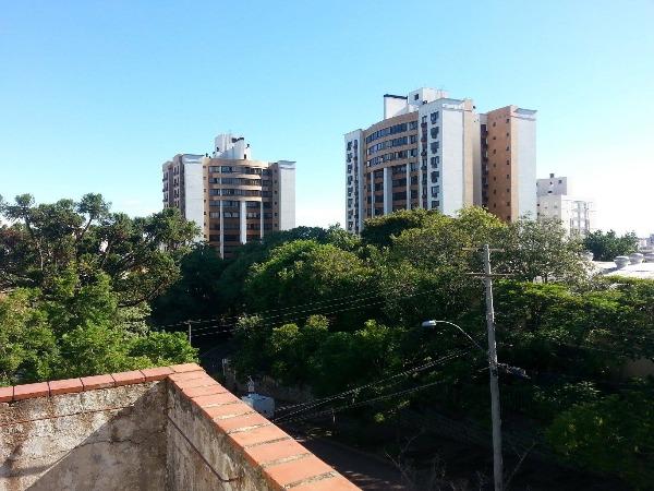 Ampla residência na esquina da Dna Leonor com a Lauro de Oliveira.Estilo colonial, 350m, privativos,localização privilegiada,no ponto mais nobre da região. Ótima para Clinicas ou moradia.