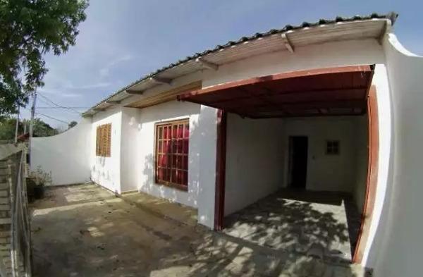 CASA TÉRREA 3 DORMITÓRIOS, 2 banheiros, 2 vagas de garagem, Churrasqueira, Lareira e pátio. Bairro em expansão na Zona sul de Porto Alegre. Estuda proposta e dação. Aceita financiamento e FGTS. Agende sua visita.