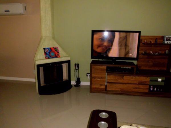 Casa de 3 (três) dormitórios, 3 (suítes) e 3 (três) vagas de garagem (box) no bairro Jardim Itú Sabará em Porto Alegre. Living para 2 (dois) ambientes, banheiro social, cozinha, área de serviço e pátio. Casa com churrasqueira e lareira.  Obs.: As 3 (três) suítes e cozinha totalmente mobiliadas.